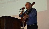 Professor Eduardo Borga conversou e cantou com membros do Aquarela