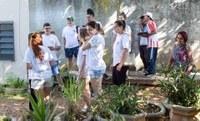 Alunos e professores realizam plantio na E.E. João Ramalho, em Diadema