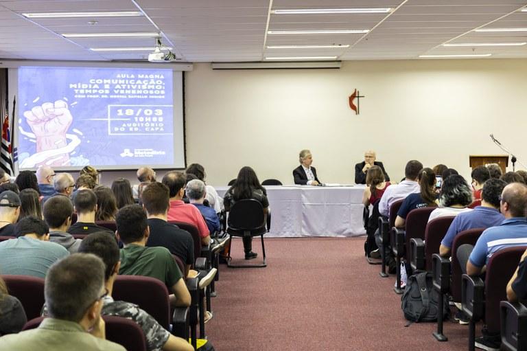 Da esquerda para a direita, Prof. Luiz Alberto de Farias e Prof. Dr. Norval Baitello
